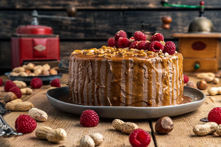 schoko-erdnuss-torte-mit-himbeeren-011