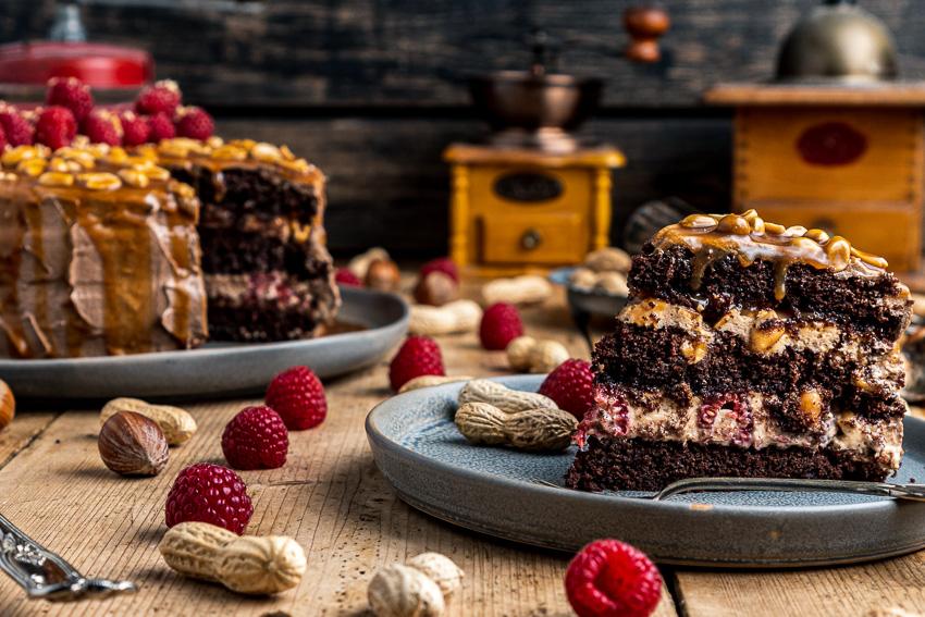 schoko-erdnuss-torte-mit-himbeeren-049