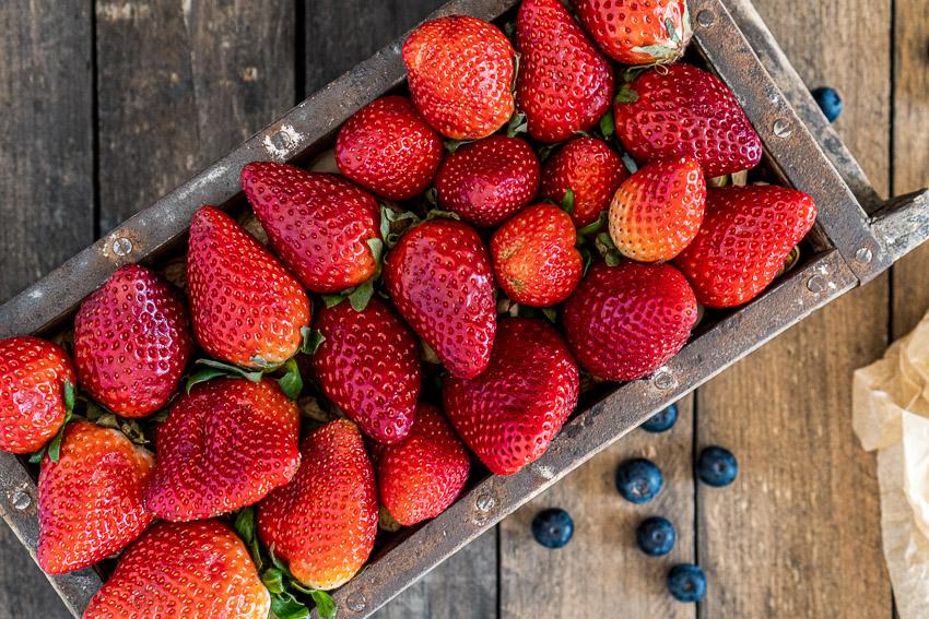 schoko-erdbeer-törtchen-mit-stracciatella-creme-013