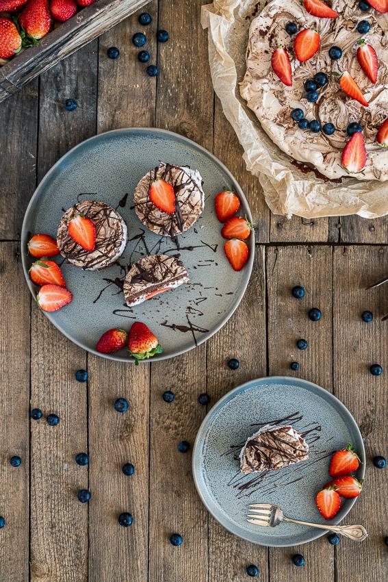 schoko-erdbeer-törtchen-mit-stracciatella-creme-025