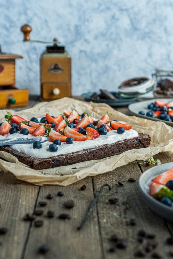 fudgy-brownies-mit-ricotta-und-beeren-007