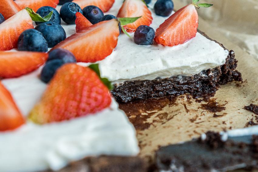 fudgy-brownies-mit-ricotta-und-beeren-016