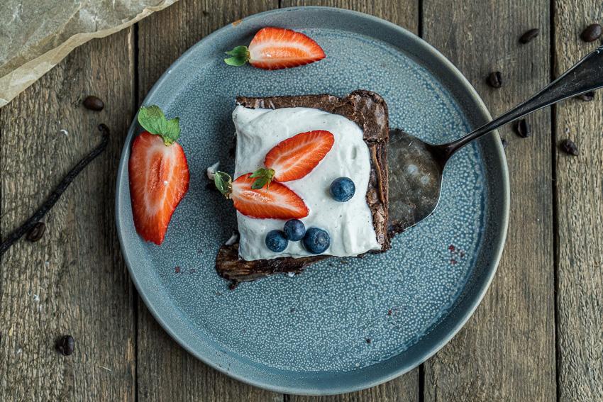 fudgy-brownies-mit-ricotta-und-beeren-017