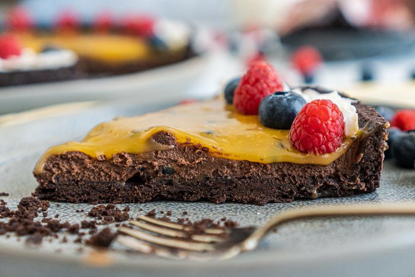 schokomousse-tarte-mit-maracuja-karamell-030
