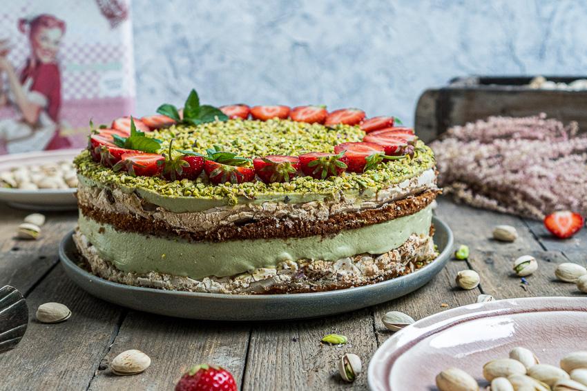 erdbeer-pistazien-torte-mit-baiser-005