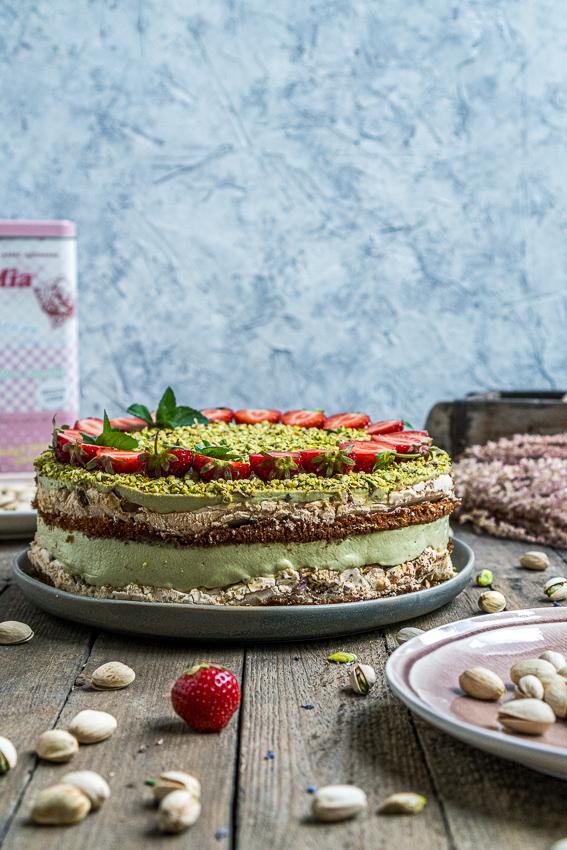 erdbeer-pistazien-torte-mit-baiser-009