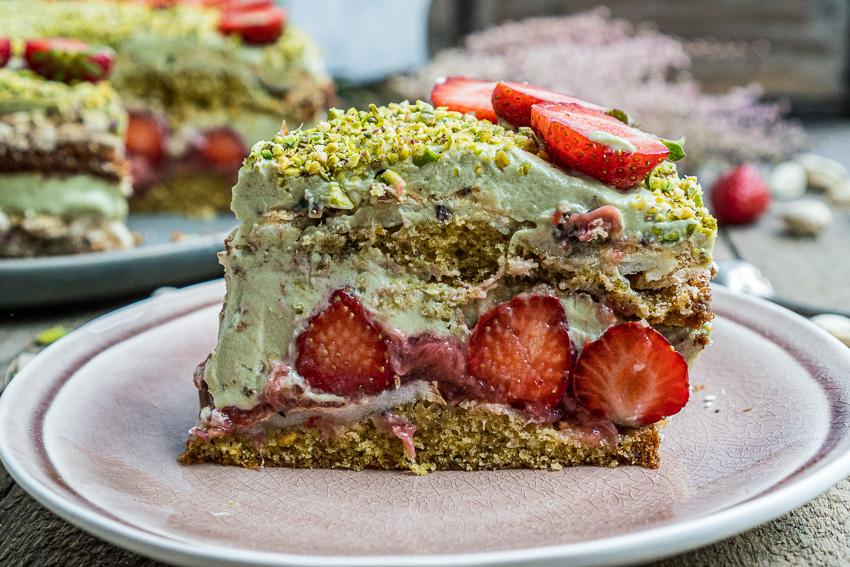 erdbeer-pistazien-torte-mit-baiser-021