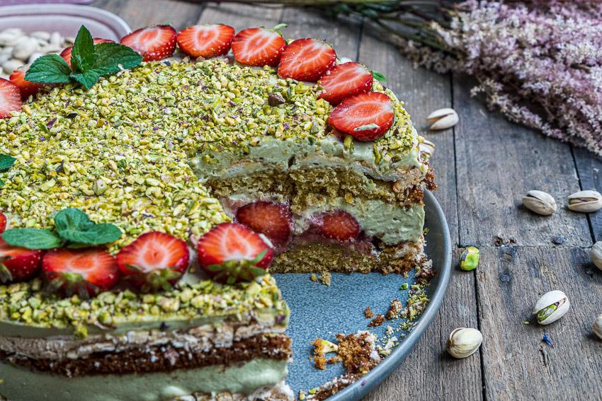 erdbeer-pistazien-torte-mit-baiser-025