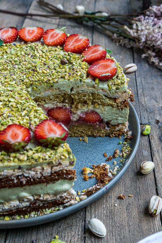 erdbeer-pistazien-torte-mit-baiser-027
