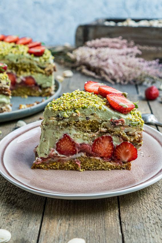 erdbeer-pistazien-torte-mit-baiser-033