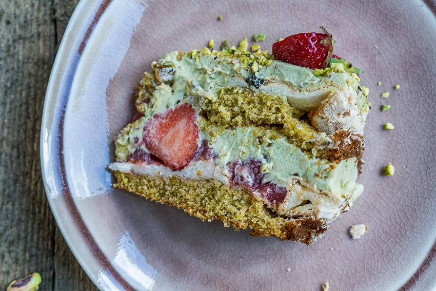 erdbeer-pistazien-torte-mit-baiser-035