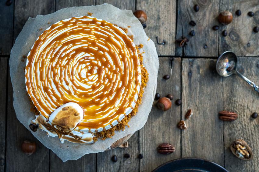 rüblitorte-mit-vanille-frosting-und-karamellisierten-pekannüssen-015