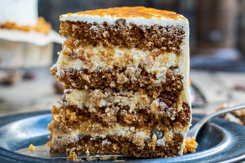 rüblitorte-mit-vanille-frosting-und-karamellisierten-pekannüssen-021