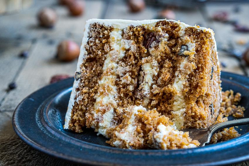 rüblitorte-mit-vanille-frosting-und-karamellisierten-pekannüssen-046