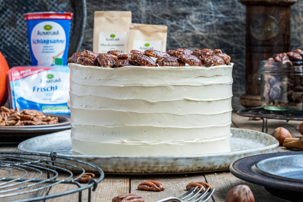 pumpkin-spice-torte-mit-ahornsirup-frosting-und-karamellisierten-pekannüssen-016