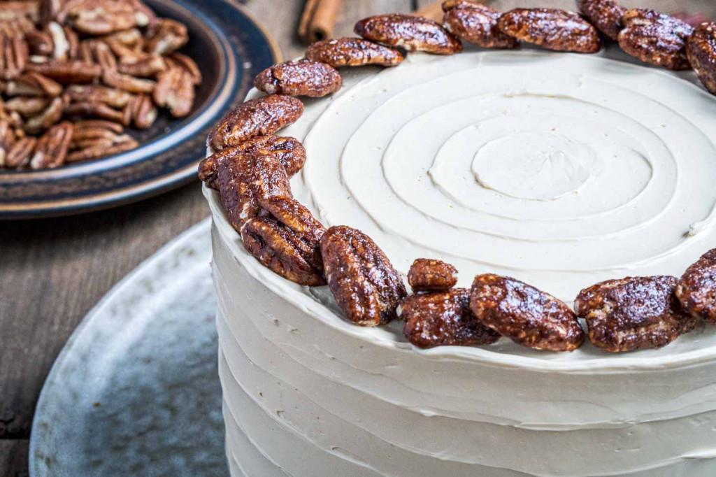 pumpkin-spice-torte-mit-ahornsirup-frosting-und-karamellisierten-pekannüssen-032