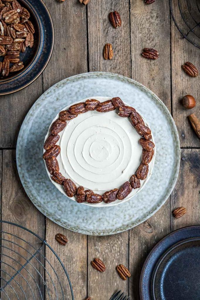 pumpkin-spice-torte-mit-ahornsirup-frosting-und-karamellisierten-pekannüssen-034