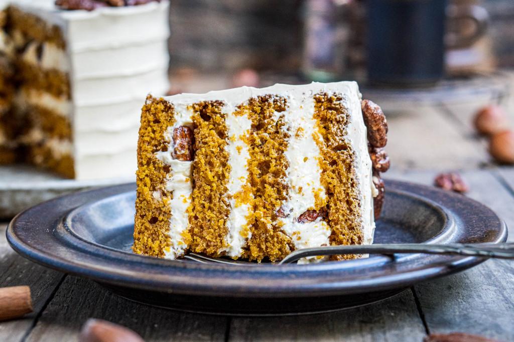 pumpkin-spice-torte-mit-ahornsirup-frosting-und-karamellisierten-pekannüssen-049