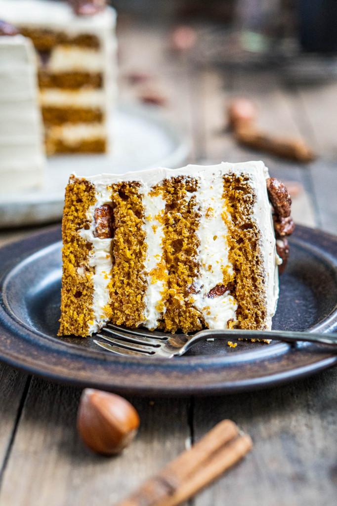 pumpkin-spice-torte-mit-ahornsirup-frosting-und-karamellisierten-pekannüssen-062