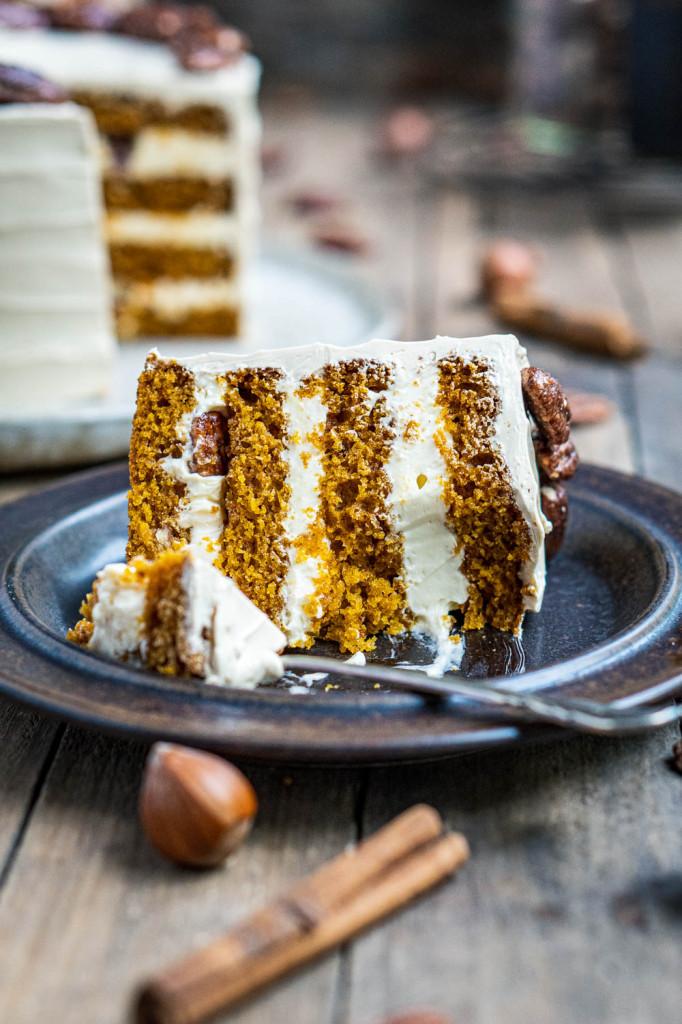 pumpkin-spice-torte-mit-ahornsirup-frosting-und-karamellisierten-pekannüssen-066