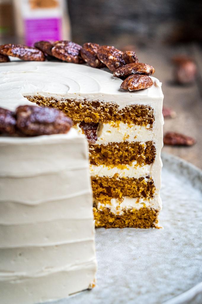 pumpkin-spice-torte-mit-ahornsirup-frosting-und-karamellisierten-pekannüssen-073