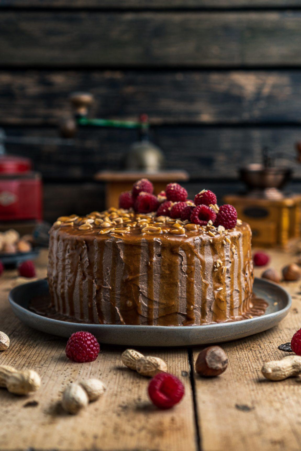 schoko-erdnuss-torte-mit-himbeeren-007